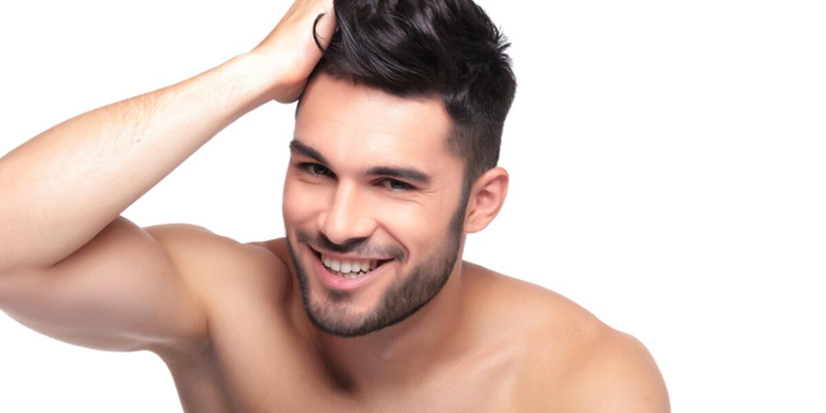 uomo sorridente capelli